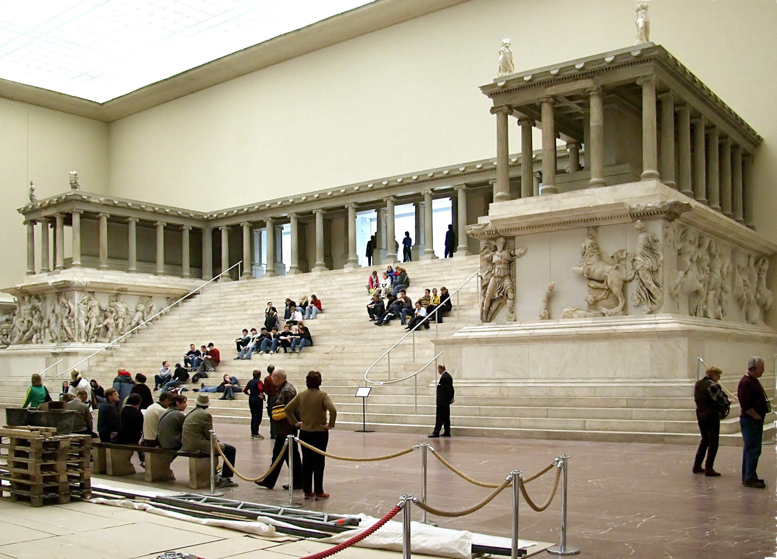 The western side of the Pergamon Altar as reconstructed in the Pergamon Museum in Berlin. © Raimond Spekking / , via Wikimedia Commons